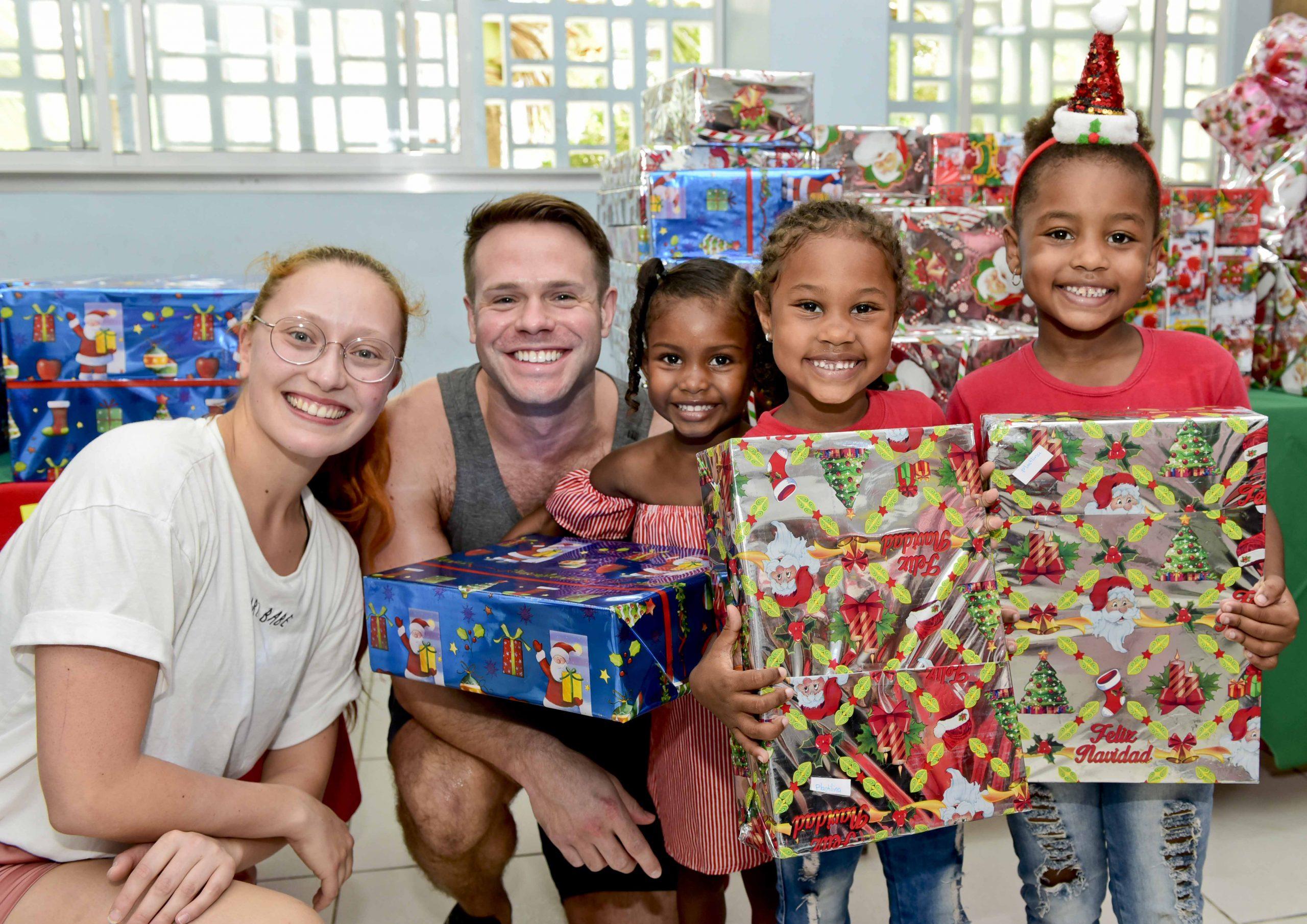 Cruceristas entregan regalos a niños del barrio Albornoz de Cartagena